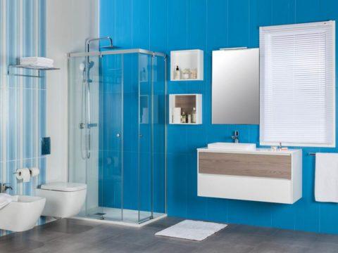 Baño completo ZOOM con azulejos azules.