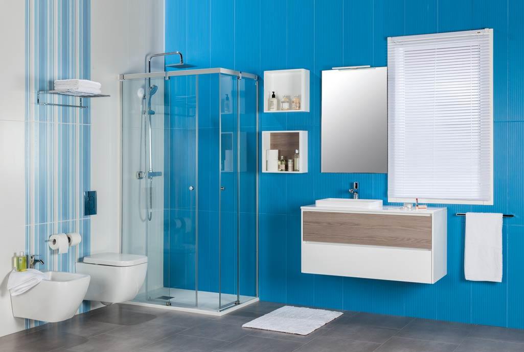 Baño completo ZOOM en baño con azulejos azules.