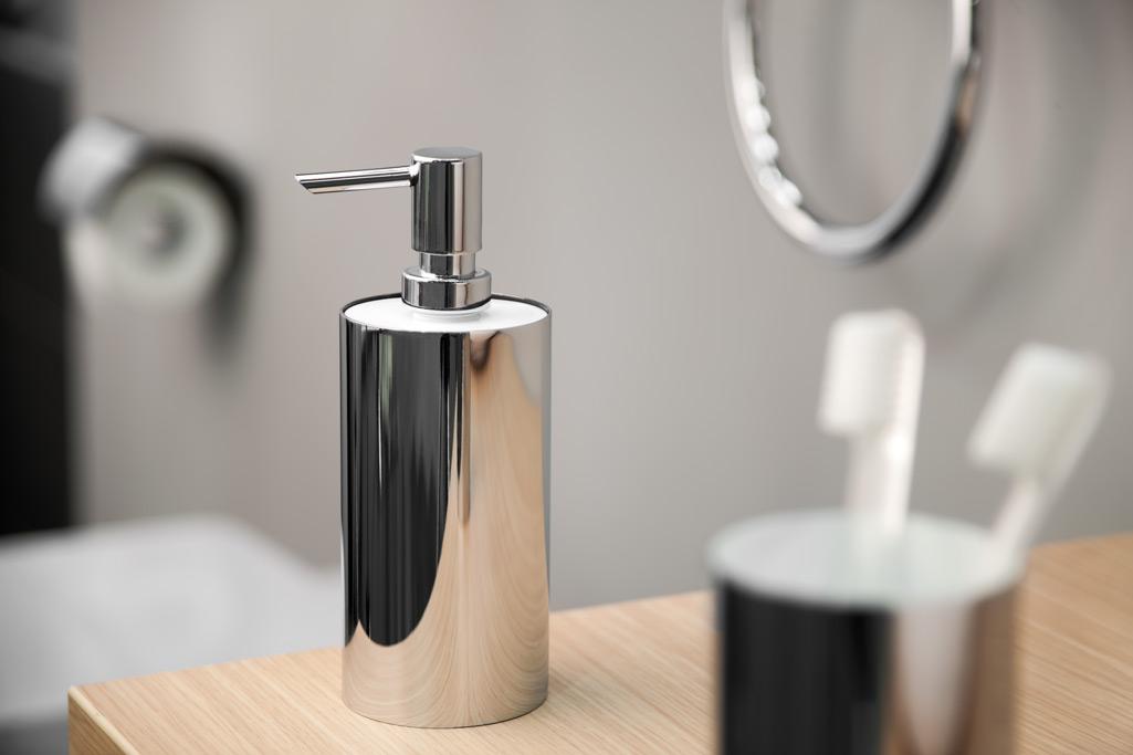 Dosificador de jabón de acero inoxidable brillante.
