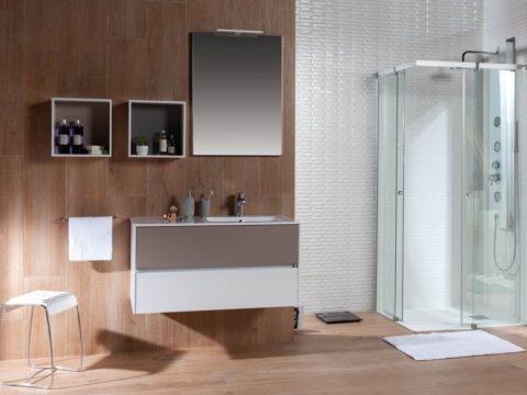 Mueble y ducha en un baño pequeño. Ducha acristalada