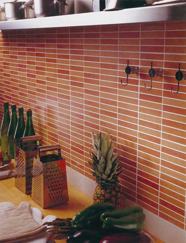 detalle de pared de la cocina con pequeas baldosas en tonos anaranjados y rojos