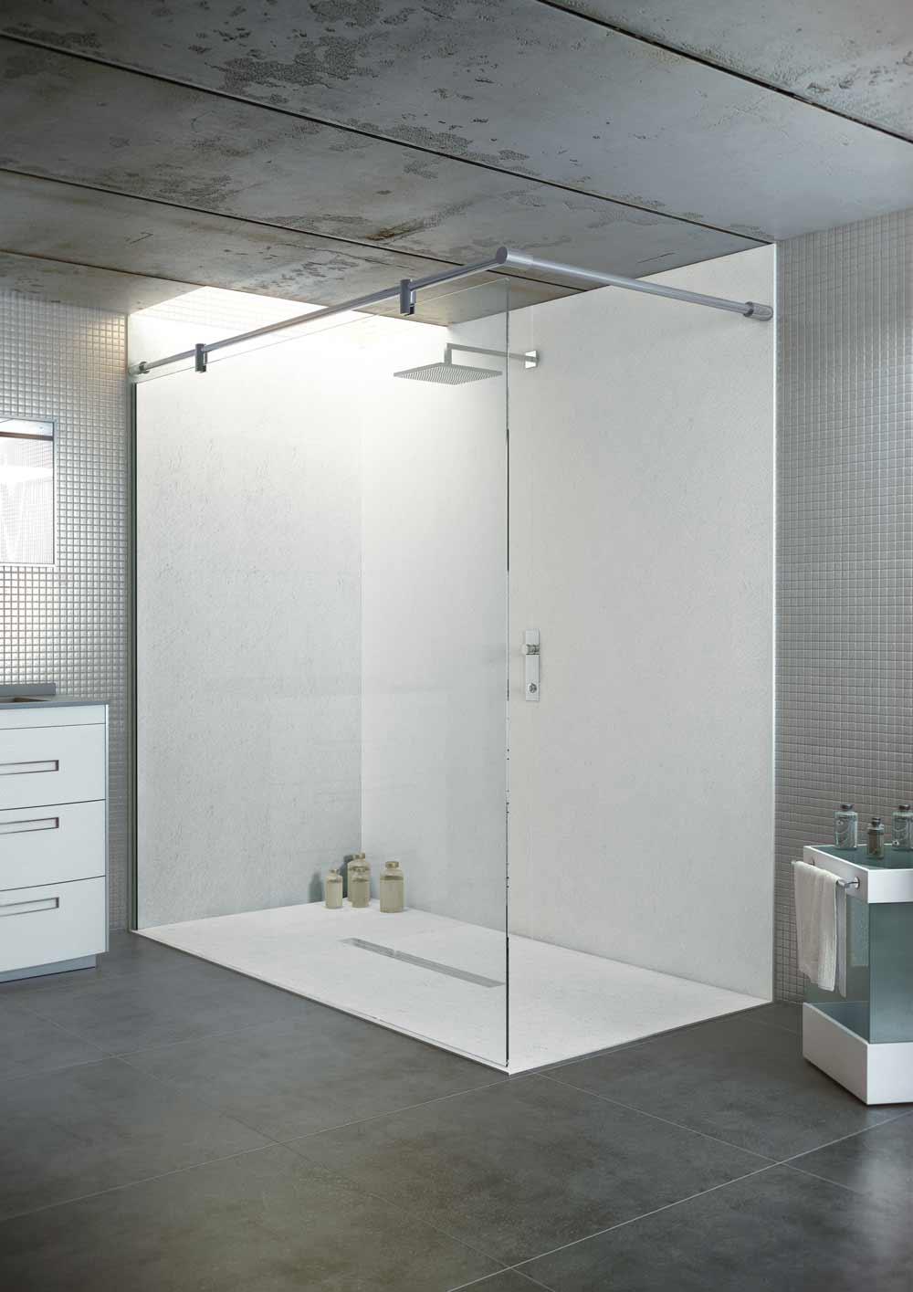 Baño minimalista con plato de ducha extraplano en color blanco.