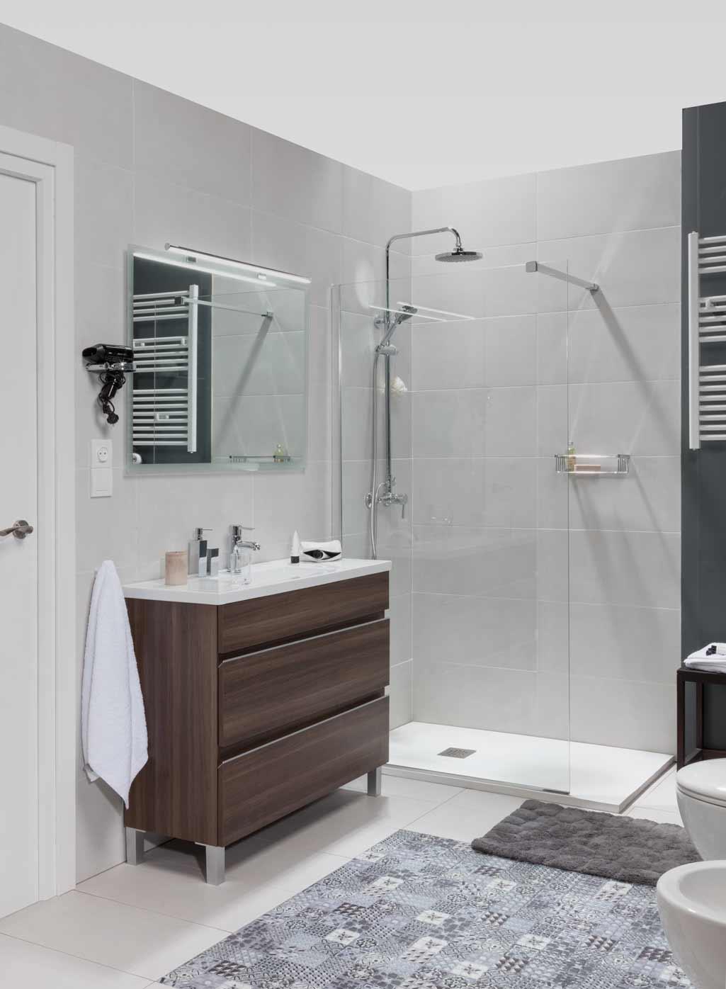 Lavabo minimalista GESTO en porcelana blanca en baño completo con mueble color chocolate.