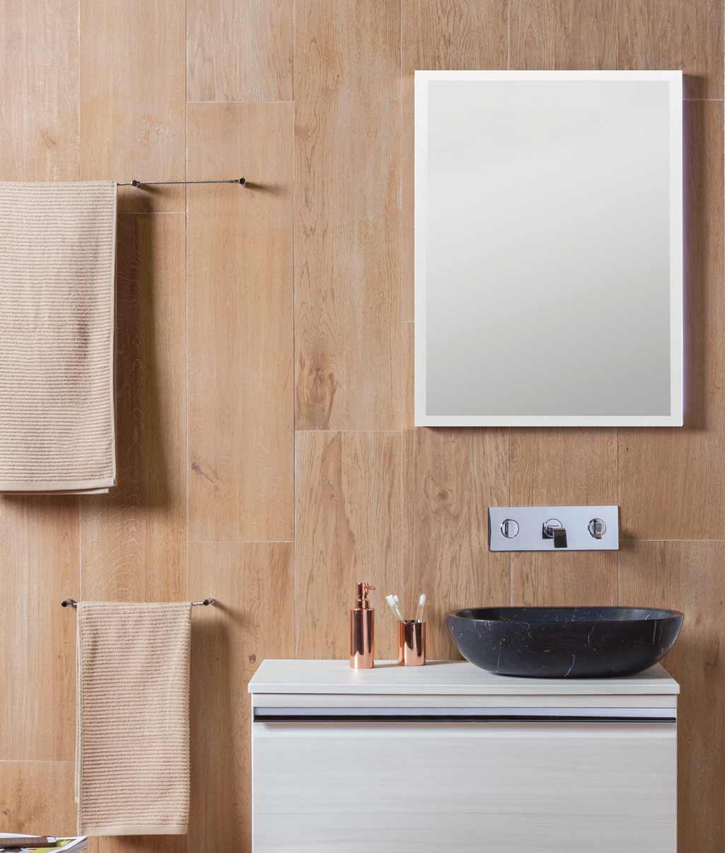 Lavabo rústico PETRA ovalado en mármol negro en baño completo.