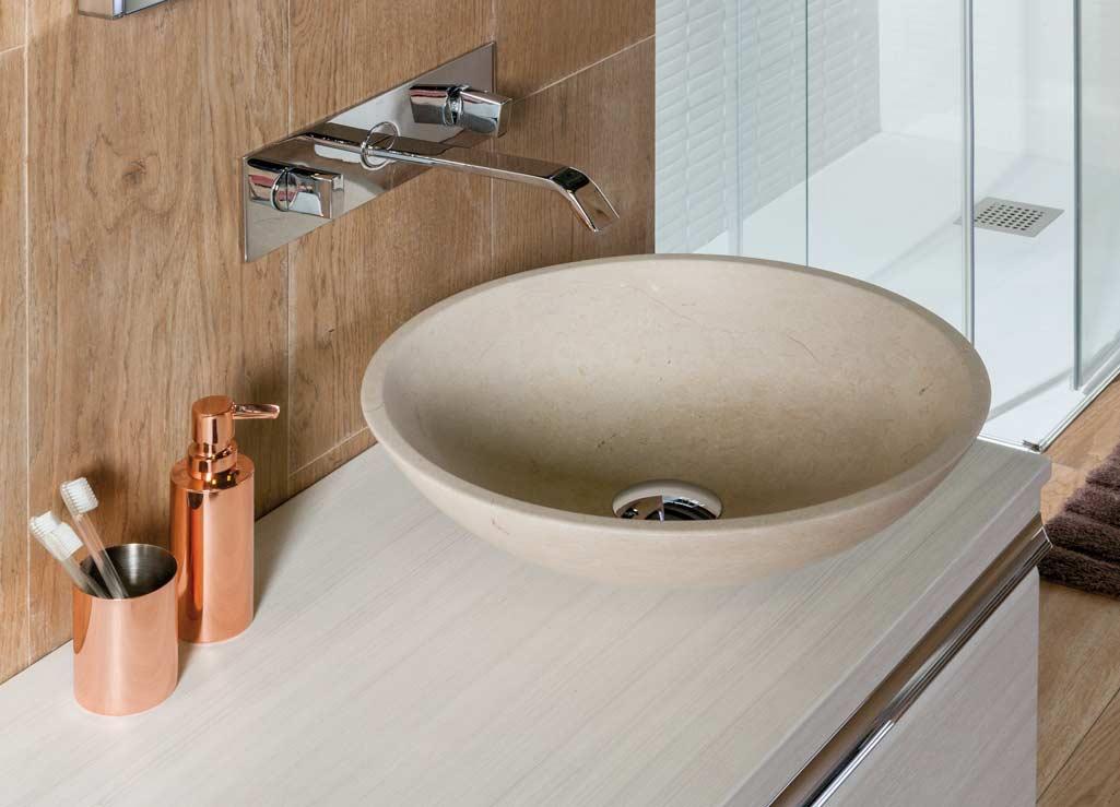 Lavabo estilo rústico TERRA en mármol color arena con accesorios cromado oro.