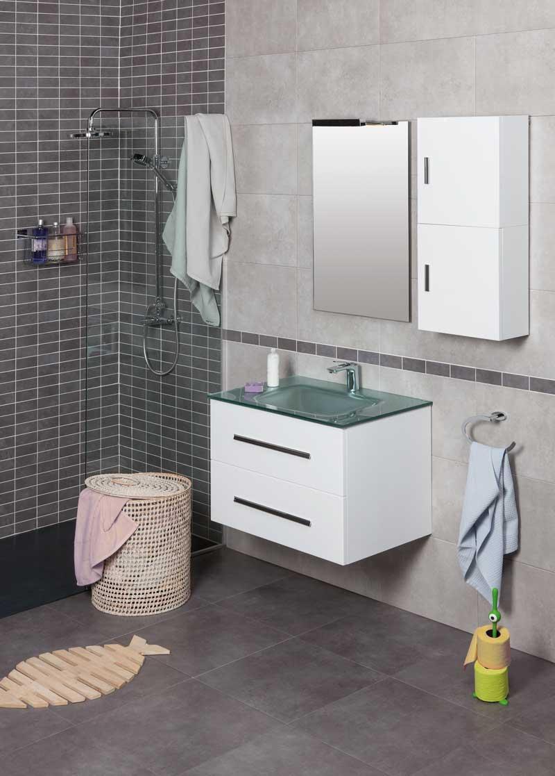 Lavabo estilo minimalista VITRUM de vidrio en baño completo con mueble blanco.