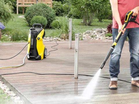 Limpiadora de alta presión Karcher Full Control limpiando maderas de un jardín.