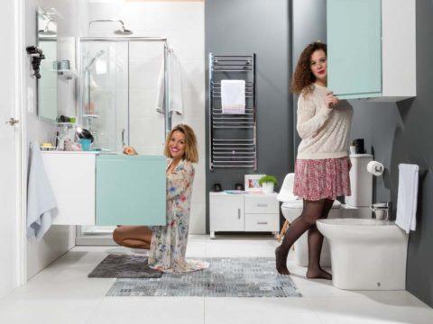 Mueble GO de la marca Tattom en color sky con chicas en el baño.