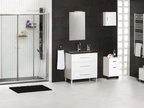 Mueble auxiliar MAIL en baño completo. Los muebles en tonos blancos y las baldosas del baño en blanco y negro.