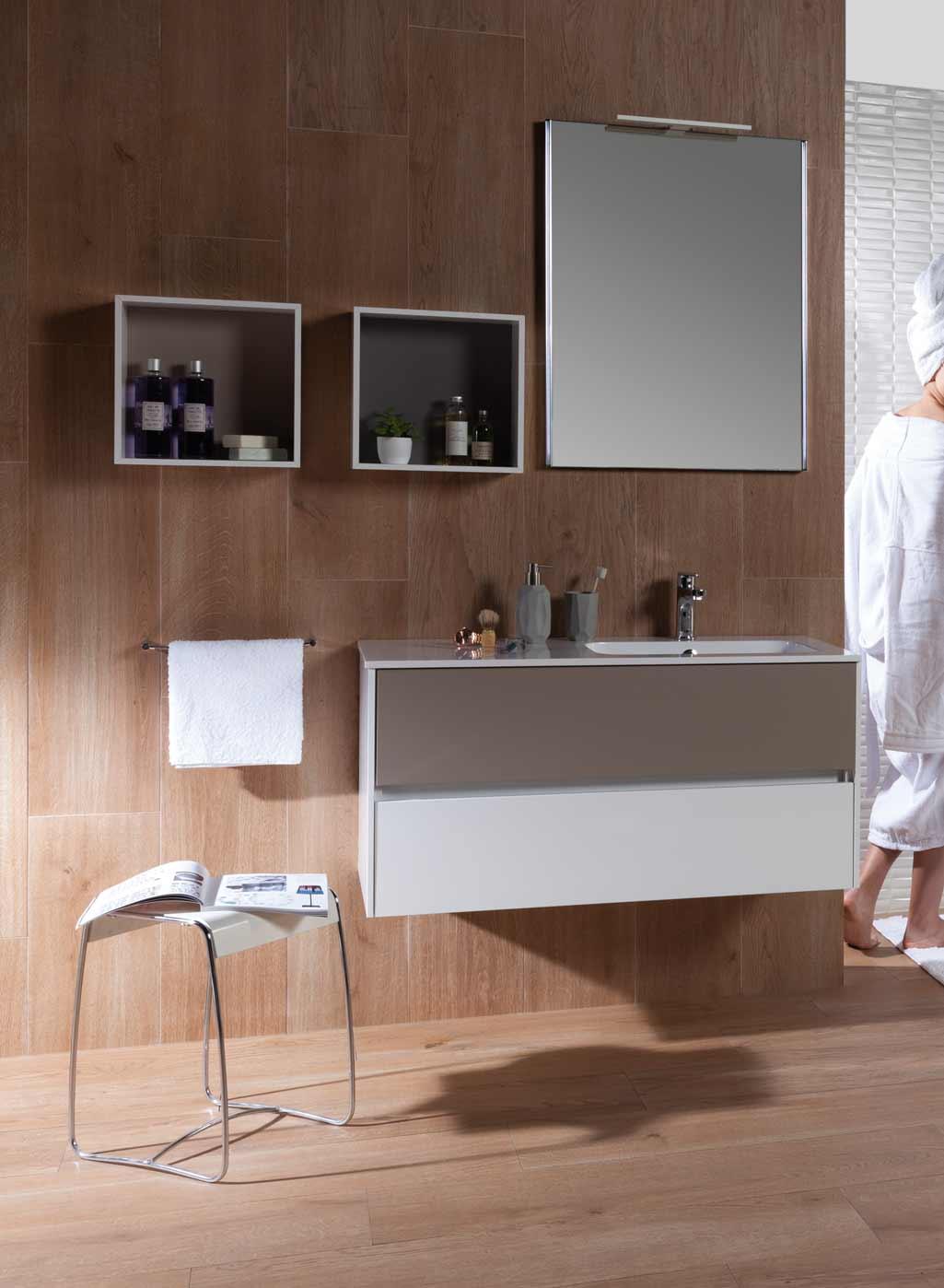 MueblesauxiliaresZOOMcubosmarrones en baño con pared revestida de