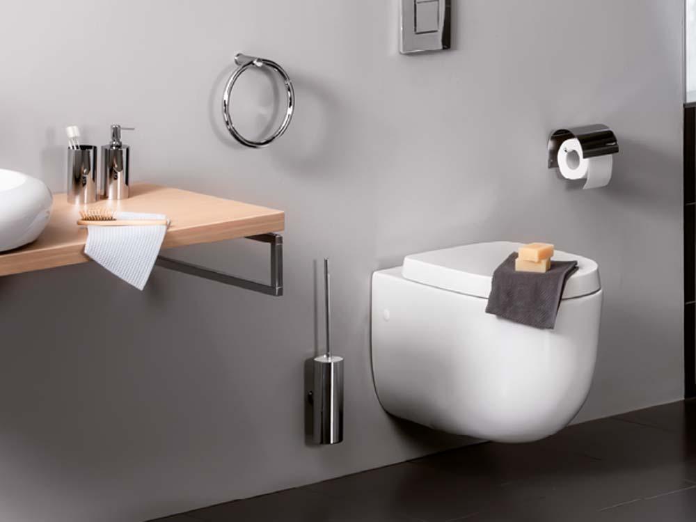 Accesorios de baño GIRARDI de Grup Gamma. Se aprecia un toallero, el portarollos y el escobillero.