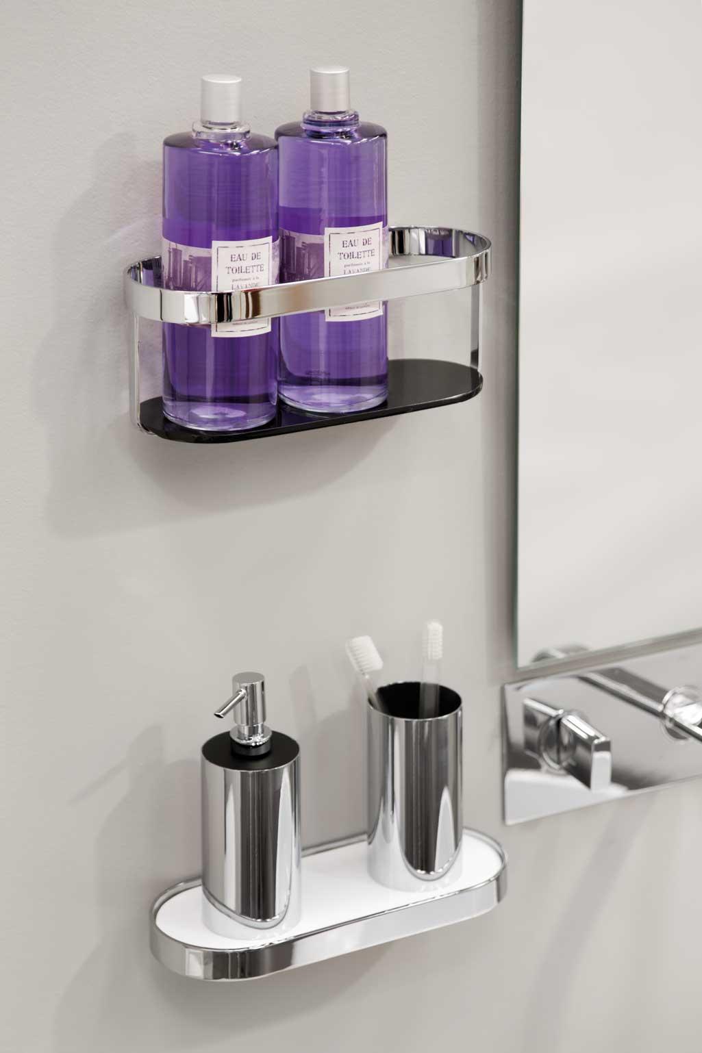 eaa93eb28ae01 Accesorios de baño que son dos repisas colocadas al lado del espejo. una  con jabones
