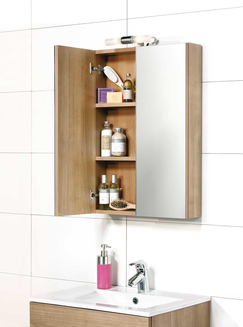 Espejo Camerino en baño. Está abierto y se aprecian los objetos que hay dentro.