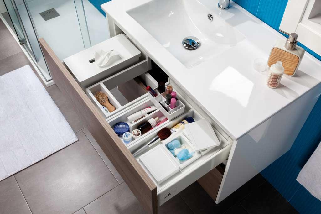 Detalle de un cajón abierto de mueble FRONT de Tattom donde se ve todo ordenado.