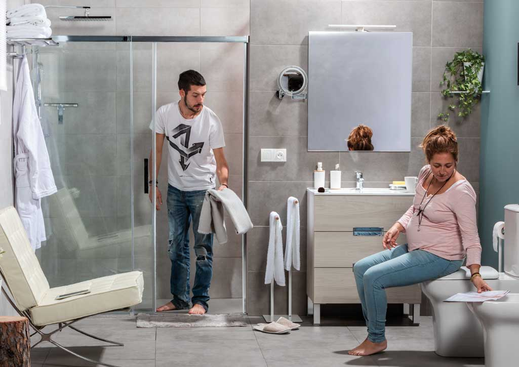 Escoger mampara PASO de Daverton de Grup Gamma donde aparece un chico dentro de una ducha y se aprecia que la mampara es corredera.