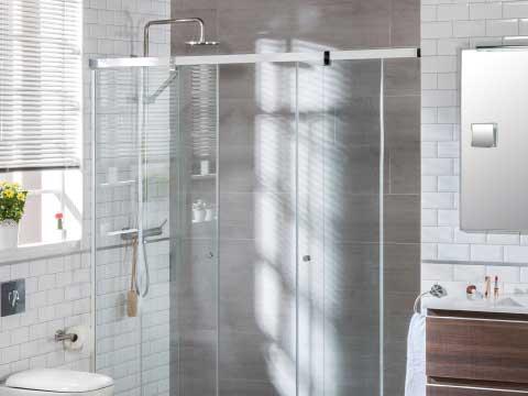 Escoger mampara donde aparece un cuarto de baño con una mampara corredera.
