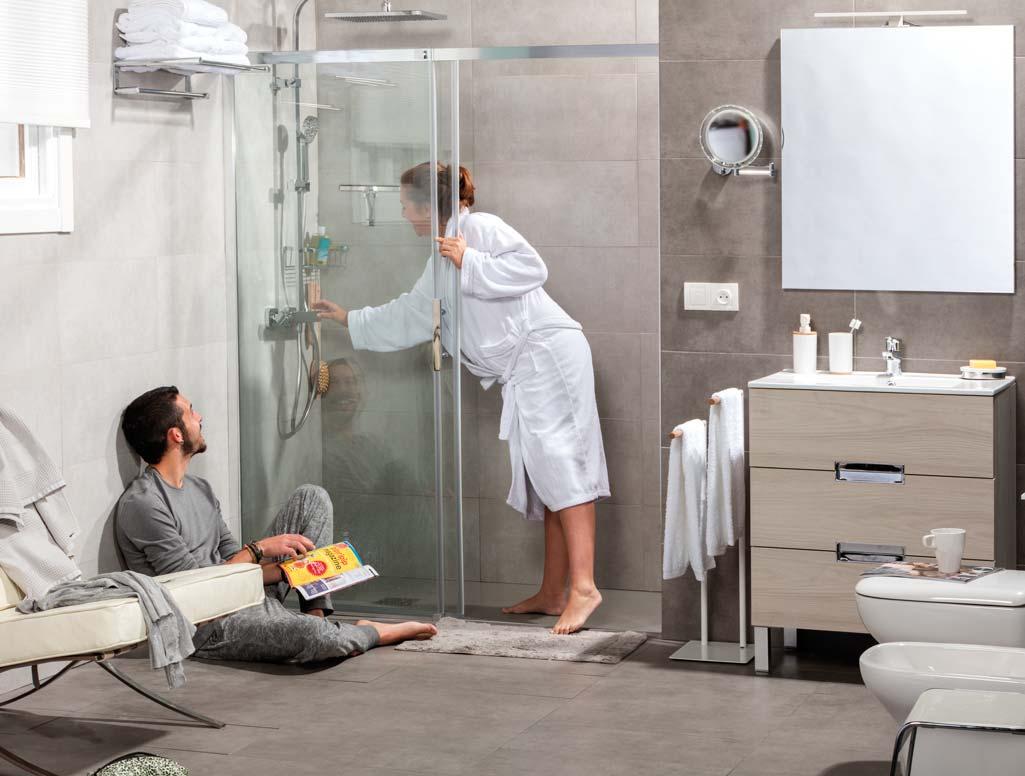 Momentos baño pareja en la que la chica está embarazada. Ella está apunto de entrar en la ducha y él la mira.