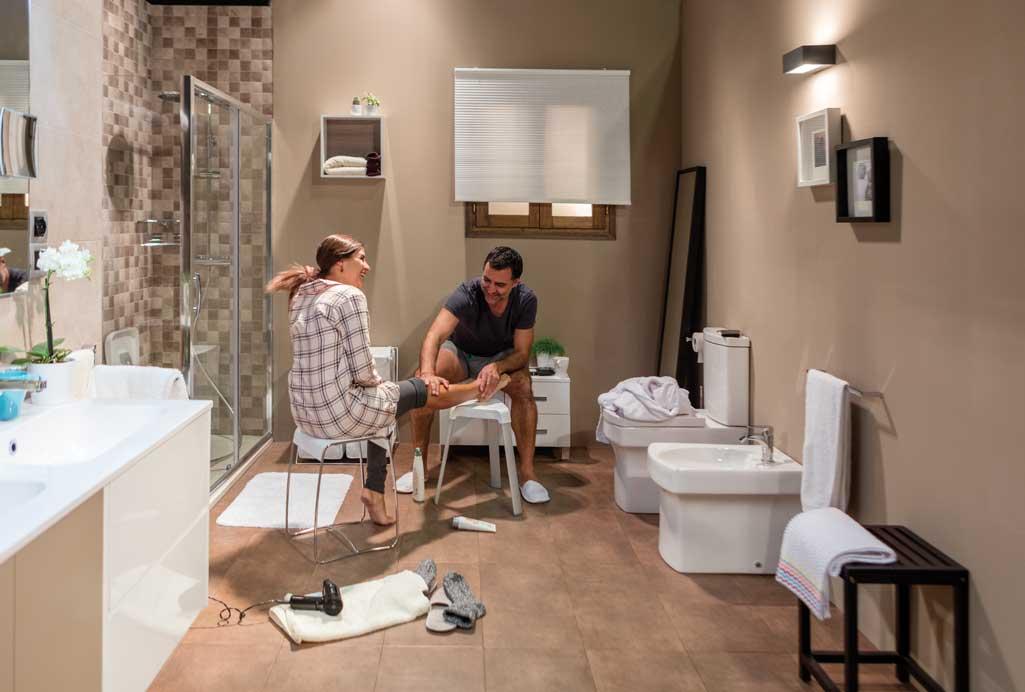 Momentos baño donde aparece una pareja. Él le está haciendo un masaje en una pierna a ella.