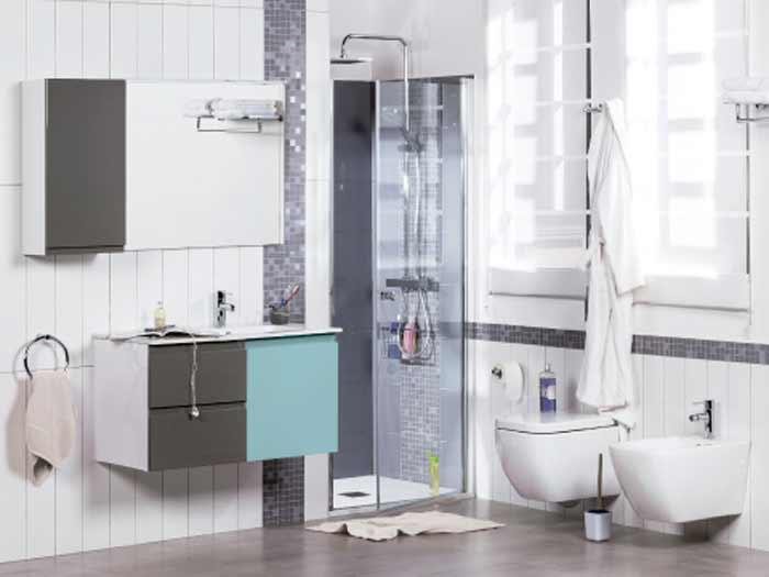 Baños pequeños donde aparece una combinación de baño completo con mueble GO y las paredes en color blanco.