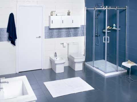 Formas rectas en el baño donde aparece un cuarto de baño en tonos azulados y con los elementos cuadrados.