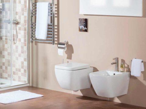 Sanitarios suspendidos DECO en baño con tonalidades beige.