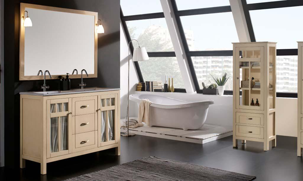 Baño estilo vintage donde aparece una bañera, unos muebles claros con las puertas en cristal y cortinas. Todo el colores claros.