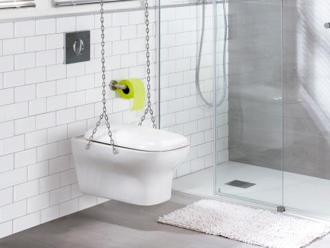 Innocent suspendido con cadenas en un baño con baldosas blancas.