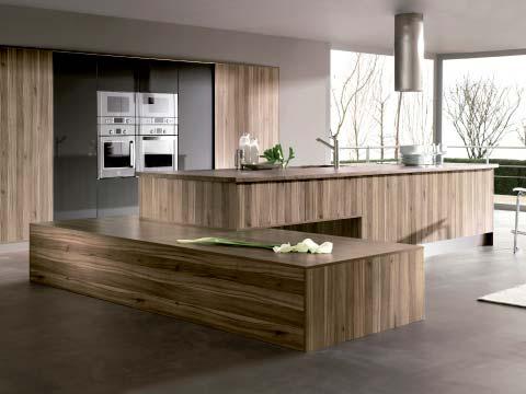 Reformar la cocina donde aparece una cocina completa grande y espaciosa con los muebles en madera.