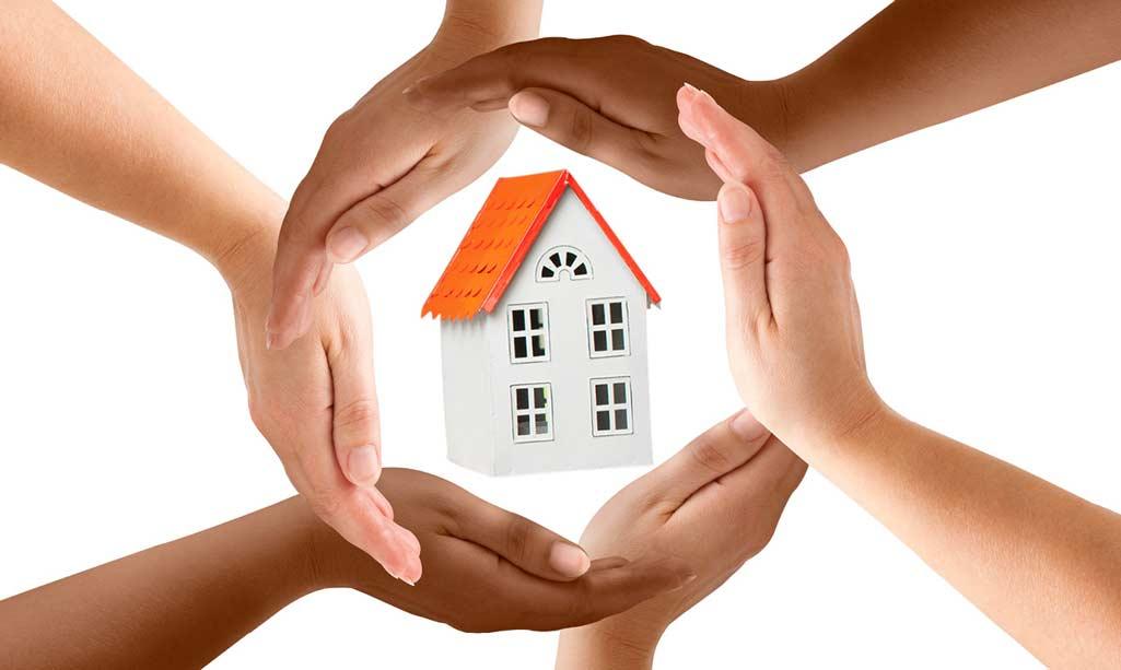 Elegir aislante para casa; donde aparecen unas manos rodeando a modo de protección una casa.