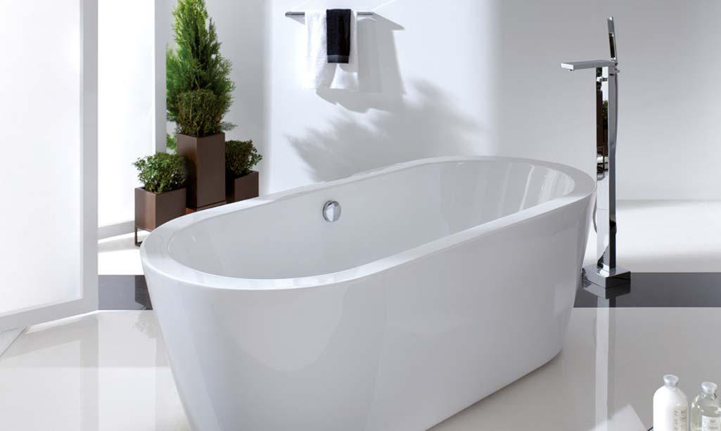 Baño de revista donde aparece una gran bañera blanca de porcelana.