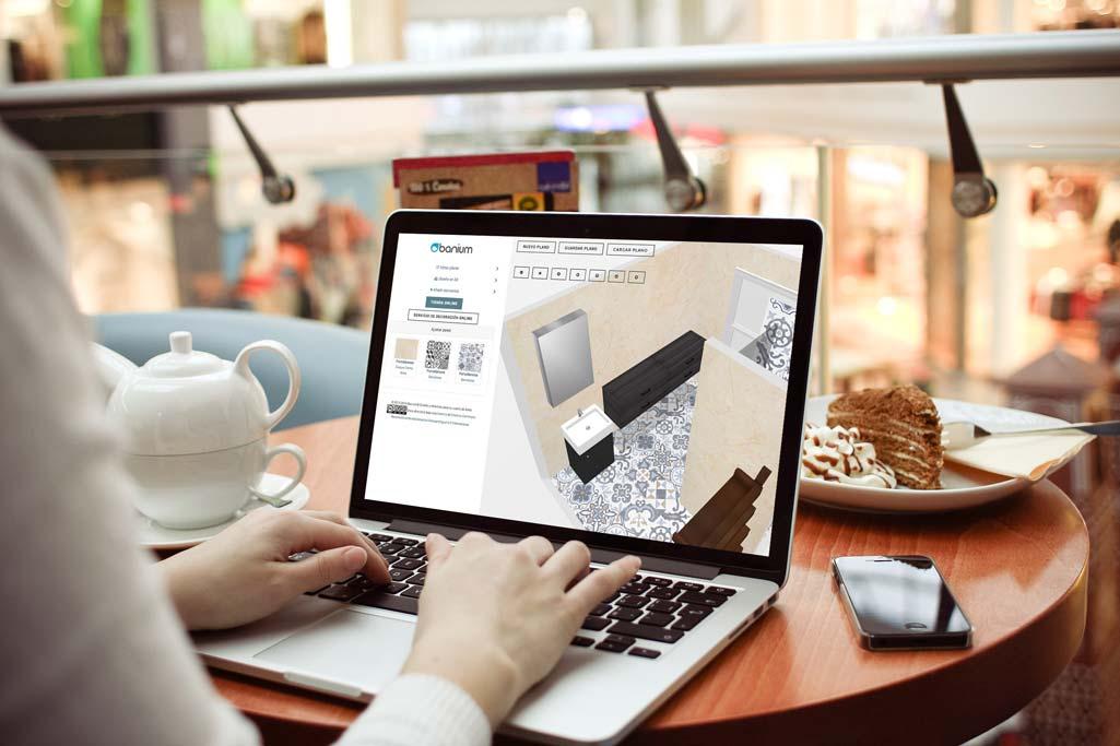 Banium donde aparece una persona consultando la web de Banium en un ordenador portátil.