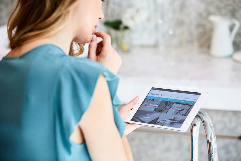 Banium donde aparece Vanesa Romero de espaldas consultando la web de Banium en una tablet.