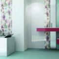 Revestimiento baño donde se ve un cuarto de baño completo en tonos blancos y rosados.