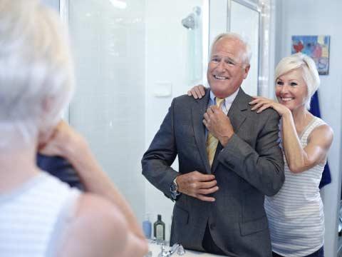 Baño gente mayor donde aparece una pareja en el cuarto de baño.