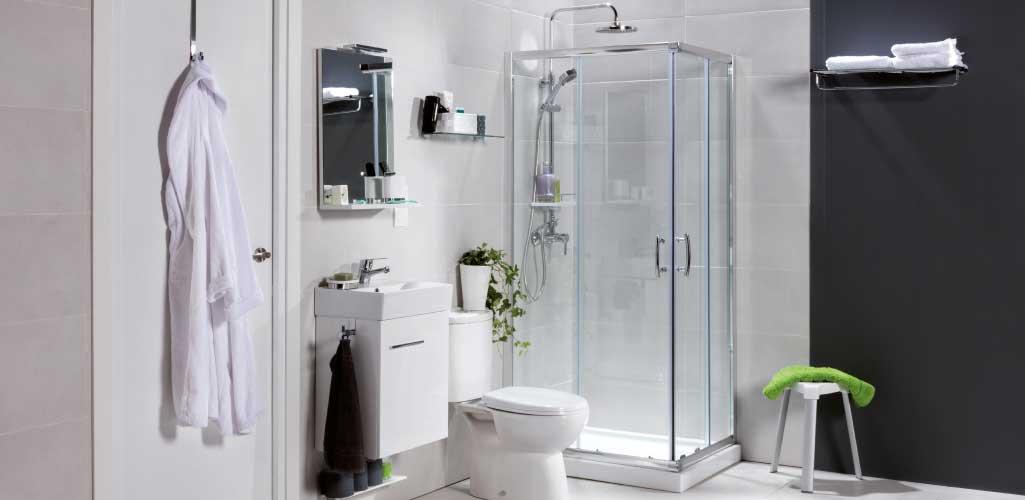Cuarto de baño crece contigo con un baño para singles; pequeño y con los elementos imprescindibles.