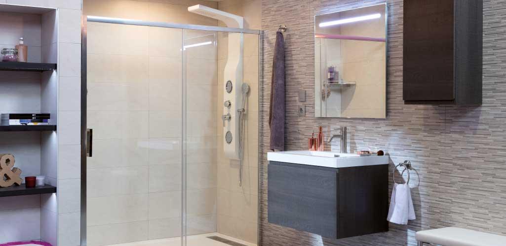Decorar cuarto de baño con un ambiente donde se aprecia la iluminación que debe tener un baño.