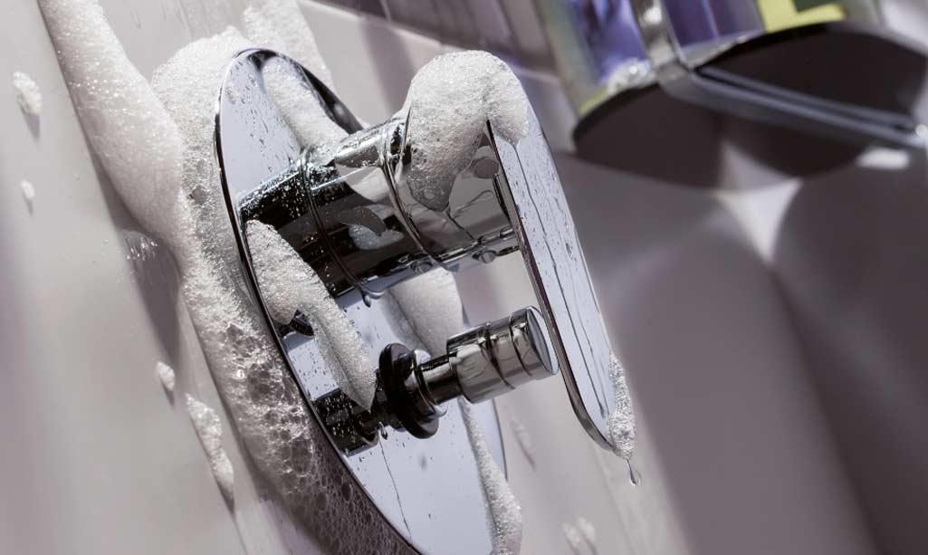 Grifos empotrados donde aparece el grifo para ducha ZIRANO de la marca Aua de Grup Gamma.