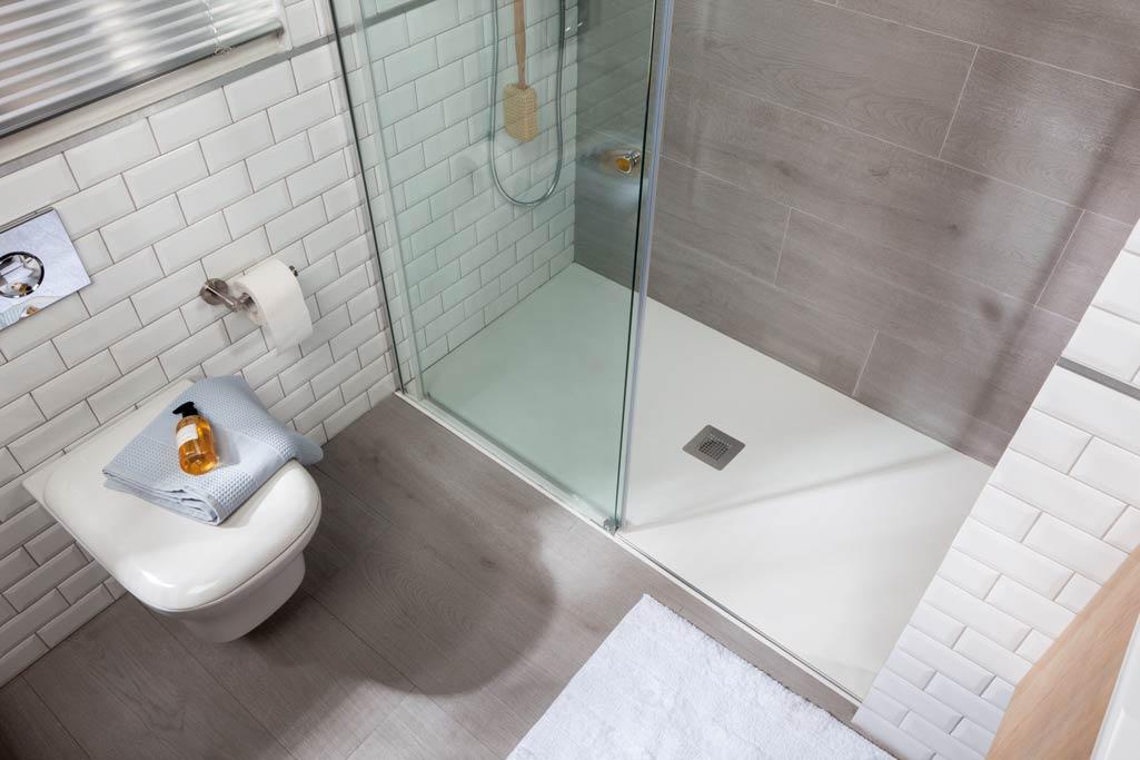 Plato de ducha HIDRA en color blanco con forma rectangular.