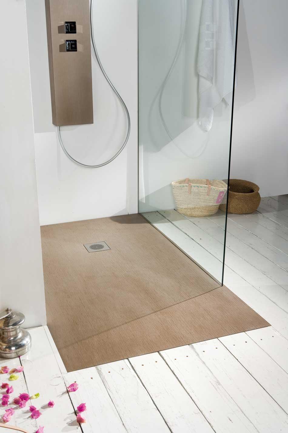 Plato de ducha que imita la madera en baño blanco.