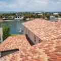 Tejado de cubierta inclinada con tejas en color terracota.