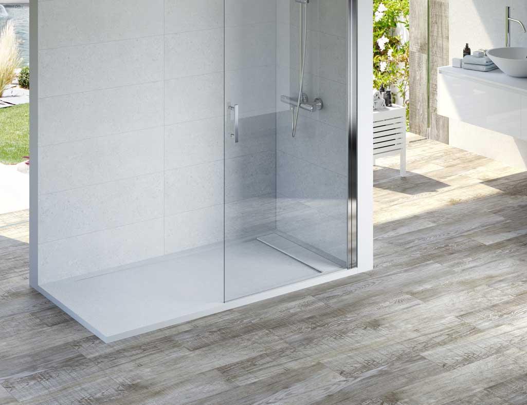 Plato de ducha INN de la marca Raifen de Grup Gamma en un baño con ambiente en tonos blancos y grises.