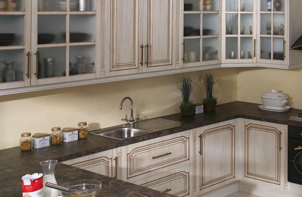 Fregadero en una cocina estilo vintage y rústico con muebles blancos.