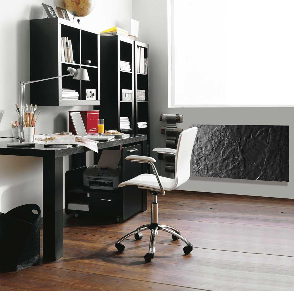 Cerámica en despacho con suelo imitación parquet; mesa y estanterías en color negro y silla blanca.