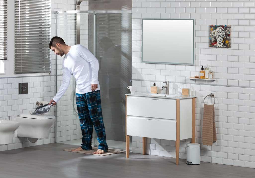Mueble de baño NAYA de Tattom de Grup Gamma en un cuarto de baño completo con chico en pijama.