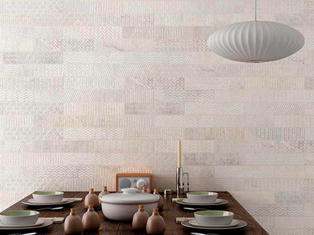Revestimientos de paredes con una pared con cerámicas en tonos tierra y texturas.