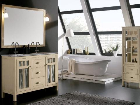 Baño estilo vintage donde aparece un cuarto de baño con muebles en madera clara y cortinas.