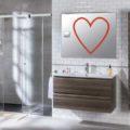 Amor baño donde aparece un espejo con un corazón rojo dibujado