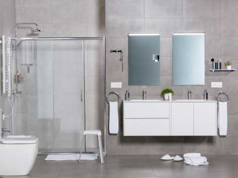 Decorar cuarto de baño donde aparece un baño completo de doble seno.