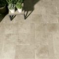 Cerámicas para terraza con una cerámica que imita a la piedra.