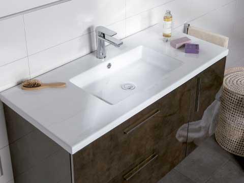 Escoger lavabo donde aparece un lavabo clásico de porcelana blanca.
